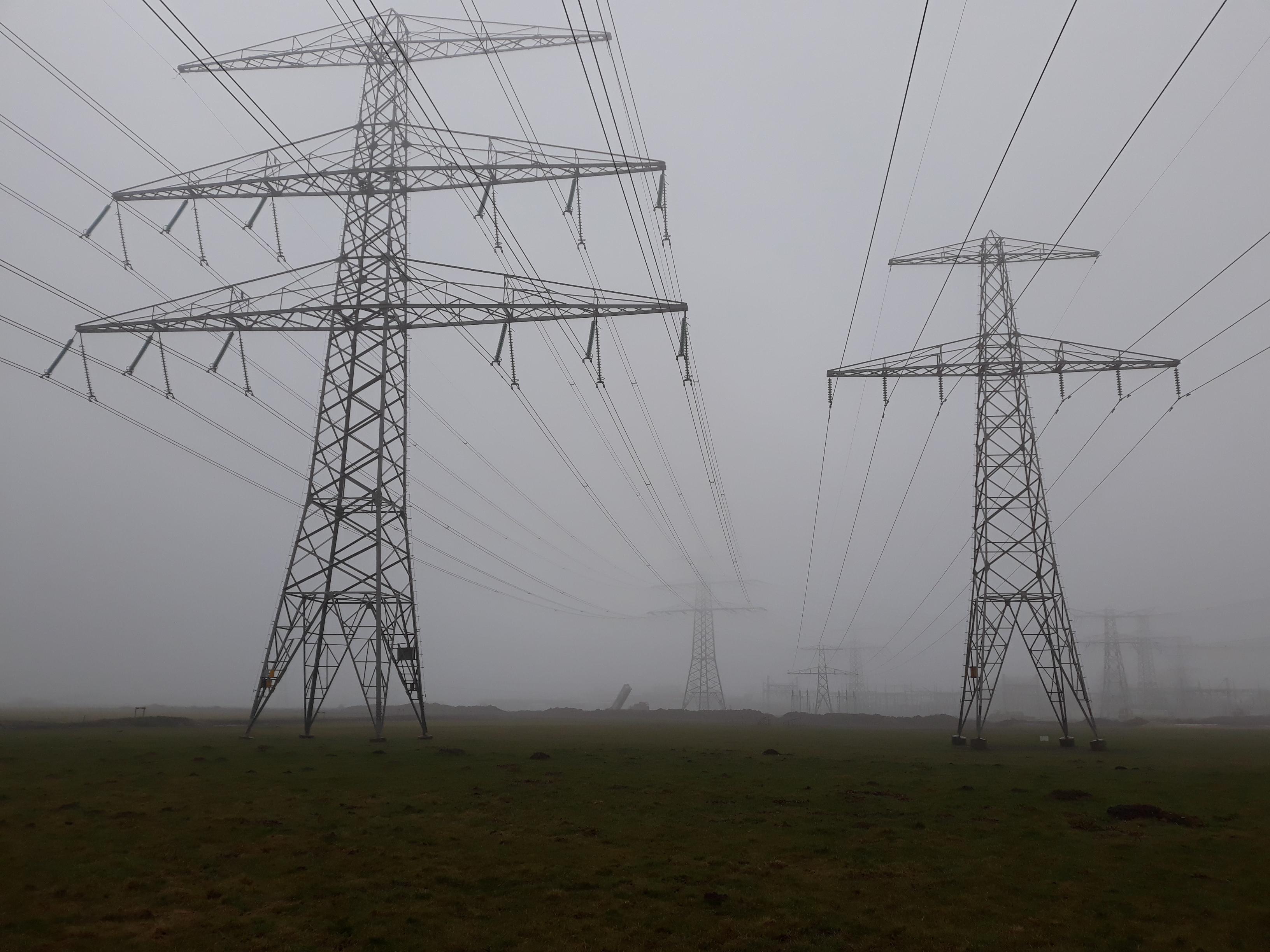 hoogspanningsmasten in de mist